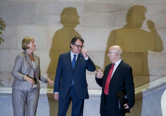 Artur Mas junto a Joan Rigol y Núria de Gispert en las escaleras del...