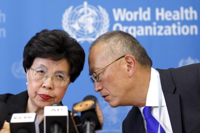 La directora general de la OMS, Margaret Chan, y el adjunto a la...