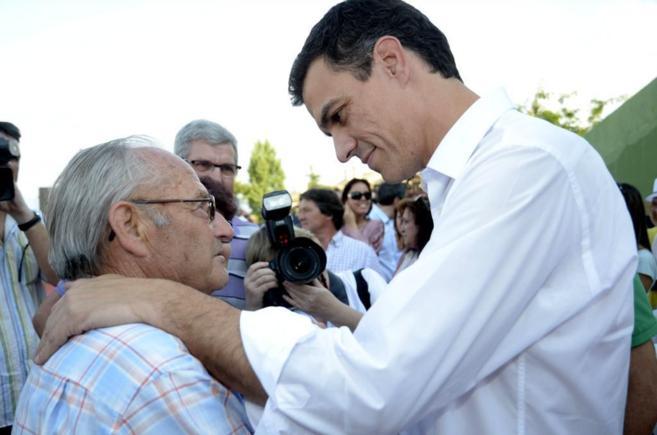 El secretario general del PSOE, Pedro Sánchez, saludando a un...