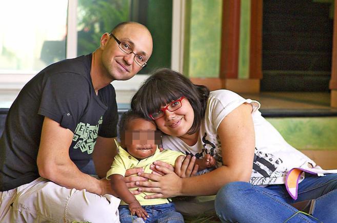 Sonia Alonso y Rubén Fernández, con el niño que quieren adoptar.