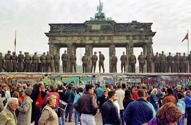 El Muero de Berlín custodiado por policías poco antes de su caída.
