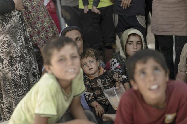 Refugiados yazidíes esperan en el paso fronterizo de Fyash Kabour,...