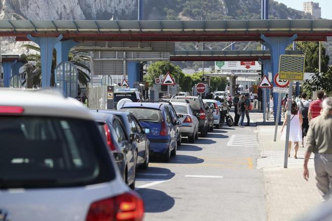 Largas colas de vehículos para acceder al Peñón.