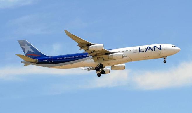 Uno de los Airbus A-340 de la chilena LAN, integrada junto a la...