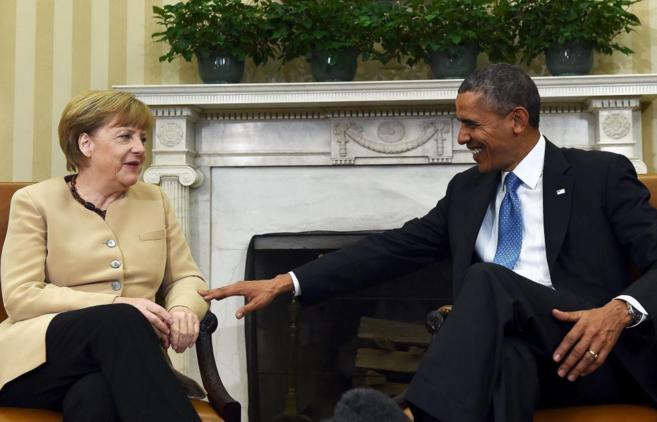 La canciller alemana, Angela Merkel, conversa con el presidente...