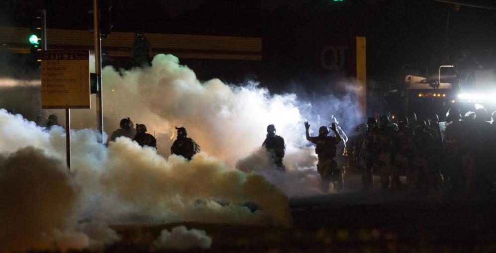 Policías usan gases lacromógenos en Ferguson (EEUU)