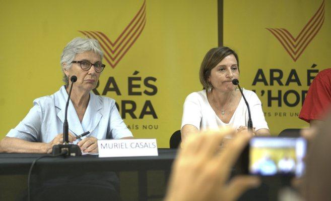 Muriel Casals, de Òmnium, junto a la presidenta de la ANC, Carme...