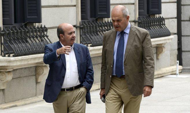 Manuel Chaves y Gaspar Zarrías a las puertas del Congreso de los...