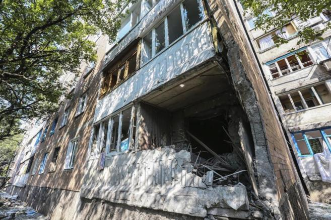 Un edificio dañado tras el impacto de un cohete del ejército de Kiev...