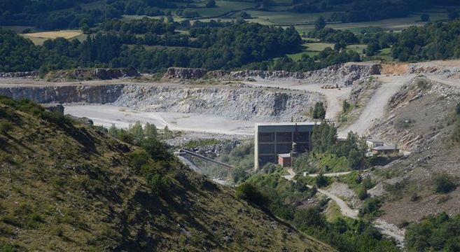 Explotación minera Cementos Cosmos en Triacastela.