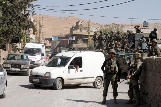 Soldados libaneses montan patrulla en la región de Arsal (Líbano).
