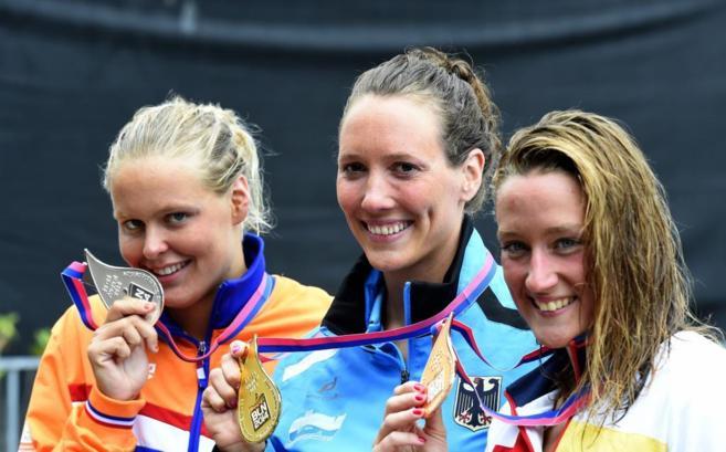 De izda a dcha: Van Rouwendaal, Isabelle Haerle y Mireia Belmonte.