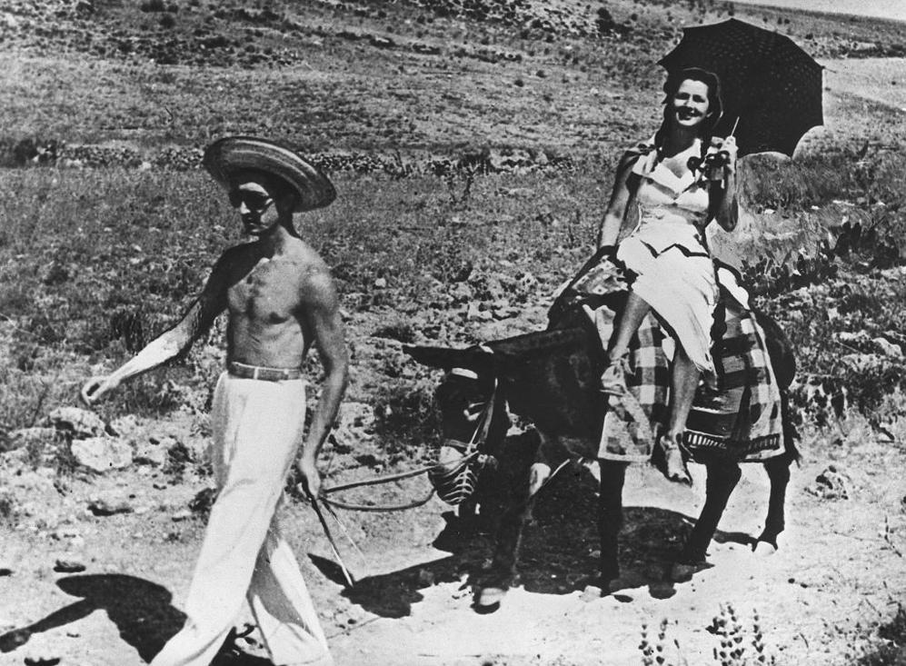 Una imagen insólita de Lupe Sino, a lomos de un burro, y Manolete, en...