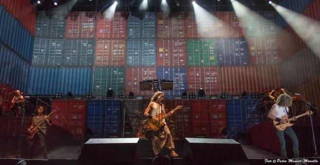 El grupo Extremoduro durante su actuación anoche en Villena