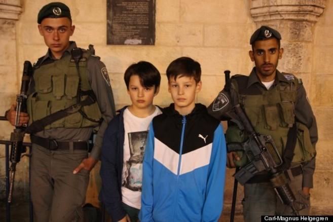 Los hijos de Helgegren posan con dos soldados israelíes