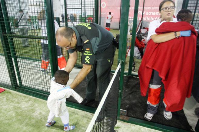Unos menores son atendidos en el polideportivo de Tarifa.
