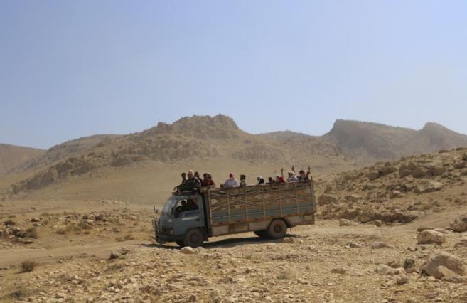 Desplazados de la minoría yazidí huyen de la violencia de IS en...