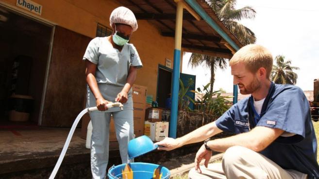 Kent Brantly durante su trabajo en Liberia.
