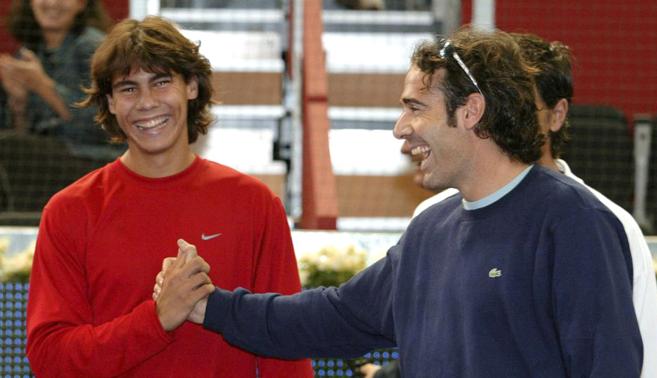 Nadal y Corretja se saludan antes de medirse en Madrid, en 2003.