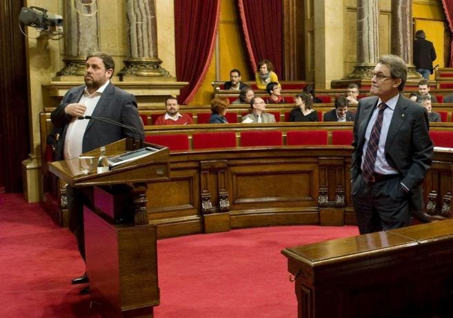 Artur Mas y el líder de ERC, Oriol Junqueras, durante un pleno en el...
