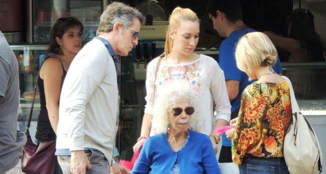 La duquesa  junto a su marido y su hija Eugenia (de espaldas, con...