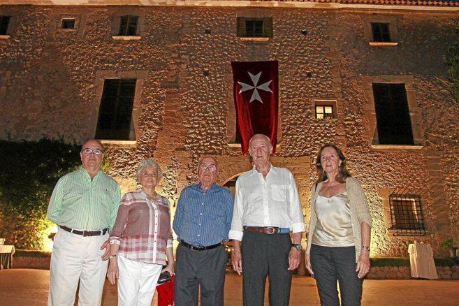 Representantes de la Orden de Malta posan en la entrada de Son...
