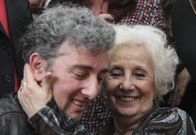 Estela de Carlotto y su nieto, durante su comparecencia con los medios...