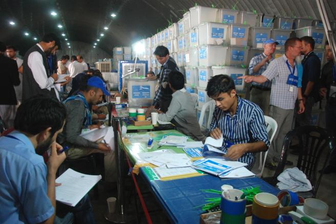 Uno de los hangares en Kabul donde se cuentan votos de la segunda...