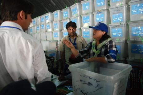 Una asesora de la ONU discute con los interventores de los candidatos...