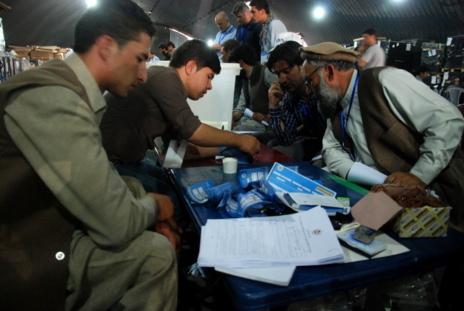 Afganos recuentan los votos en Kabul de la segunda vuelta de las...