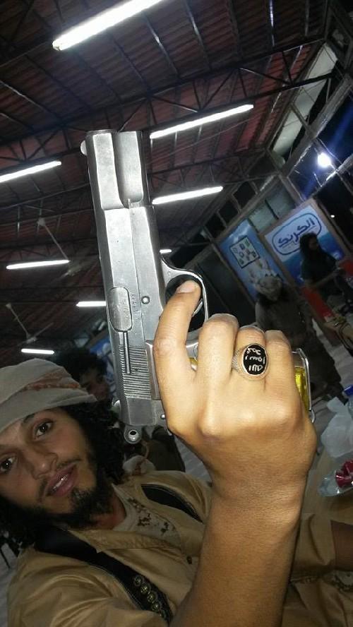 Ghaitun posa con un arma.