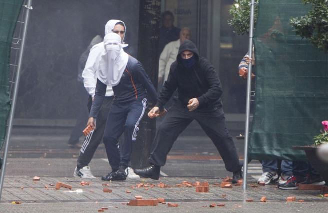 Un grupo de jóvenes se enfrenta a la Ertzaintza en Bilbao en una...