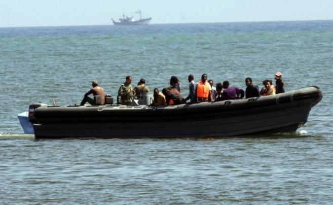 Los inmigrantes, ya a bordo de una lancha marroquí.