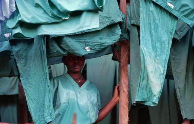 Una trabajadora de MSF en un centro de tratamiento de ébola en...