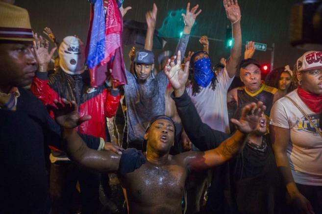 Varios de los manifestantes continúan en las calles de Ferguson pese...