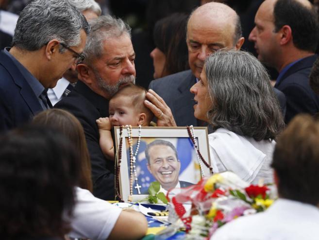 Lula da Silva sostiene al hijo de Eduardo Campos, mientras habla con...