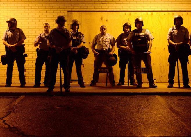 Policías de Ferguson, en guardia durante una protesta.