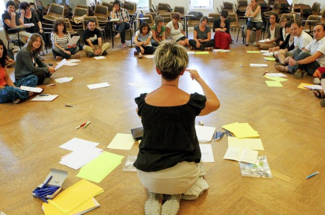Varios alumnos participan en un anterior curso de escritura creativa...