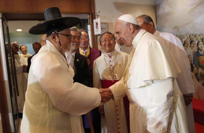 El Papa saluda a uno de los asistentes a su última misa en Seúl.