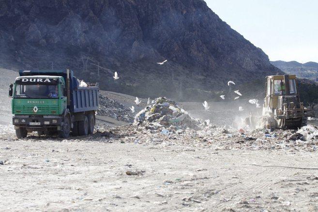 Imagen del vertedero de Fontcalent, donde varios camiones depositan...