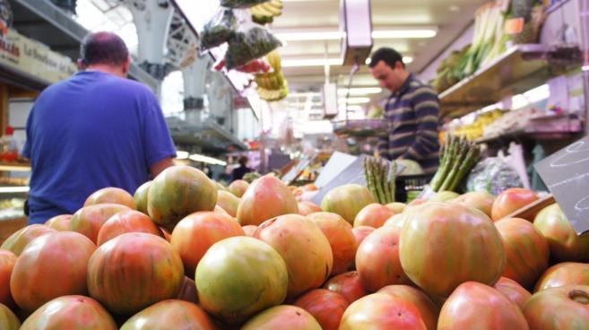 Puesto de tomates en un mercado.