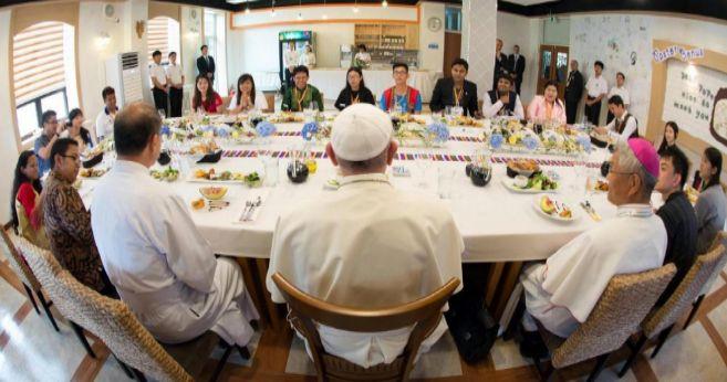El Papa en un almuerzo con jóvenes en Daejeon, Corea del Sur.