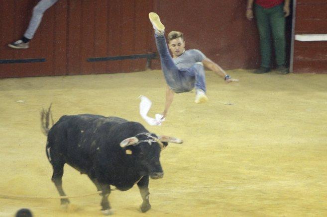 El toro 'Aguardiente' embistiendo a uno de los corredores.