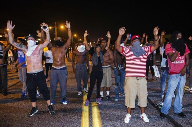 Varios jóvenes en las protestas de Ferguson tras la muerte de Michael...