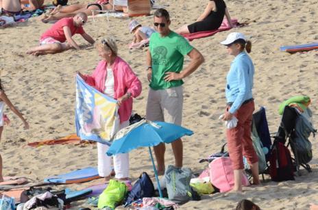 Urdangarin, su madre (i) y la infanta Cristina (d), en la playa.