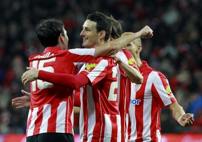 Aritz Aduriz celebra un gol de la pasada temporada junto a sus...