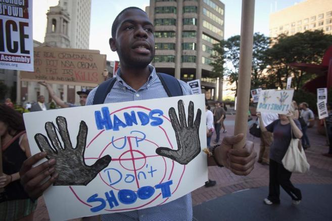 Manifestante en las protestas contra la policía en Ferguson