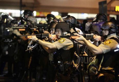 Policía antidisturbios en Ferguson.