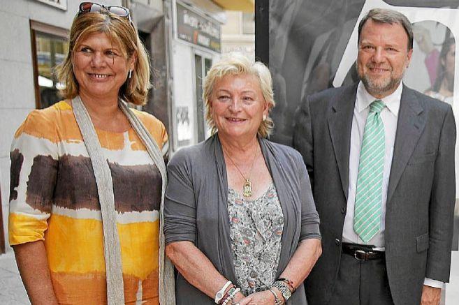 Teresa Florido (izq.), con Monteseirín y Rosamar Prieto-Castro...