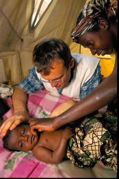 Niño afectado por la enfermedad del sueño, en África.